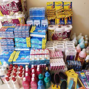 Estilo Feitiço realiza entrega de material de higiene pessoal para instituição dedicada à mulher